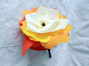 Photo: Floare multicoloră din hârtie creponată  realizată de Maia Martin aproximativ 20 cm înălţime, cupa florii - aprox. 12 cm diametru Preţ 3 lei/buc. pentru mai mult de 10 buc. sau 4 lei/buc. pentru fiecare (puteţi alege flori şi din alte postări) Borcanelul: 1,5 lei/buc.  Nu mai este în stoc  http://dekoratiuni.blogspot.ro/2014/04/floare-multicolora-din-hartie-creponata.html