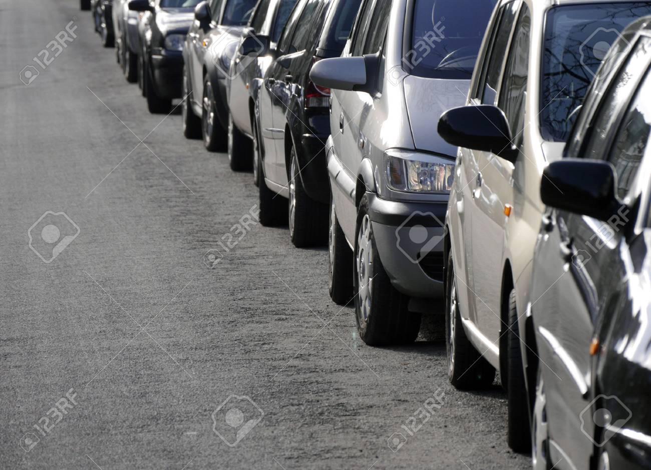 Immagini Stock - Lunga Fila Di Auto Parcheggiate Nel Centro Della ...