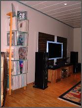 Photo: QUADRA Lp Regal Esche / vinyl record shelving unit ash tree  Kundenfoto / Customer picture: QUADRA Lp Regal aus Massivholz Esche lasiert zu teak hell. Vinyl record shelving unit ash tree glazed to a light teak color.  Product details: https://www.woodandmore.de/19_lp-regale/quadra-schallplattenregal-esche-massivholz-6-glasboeden__6256.htm