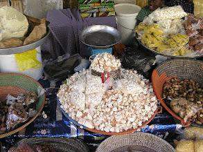 Photo: Dakar - stoisko z produktami żywnościowymi - białe kosteczki to owoc baobabu