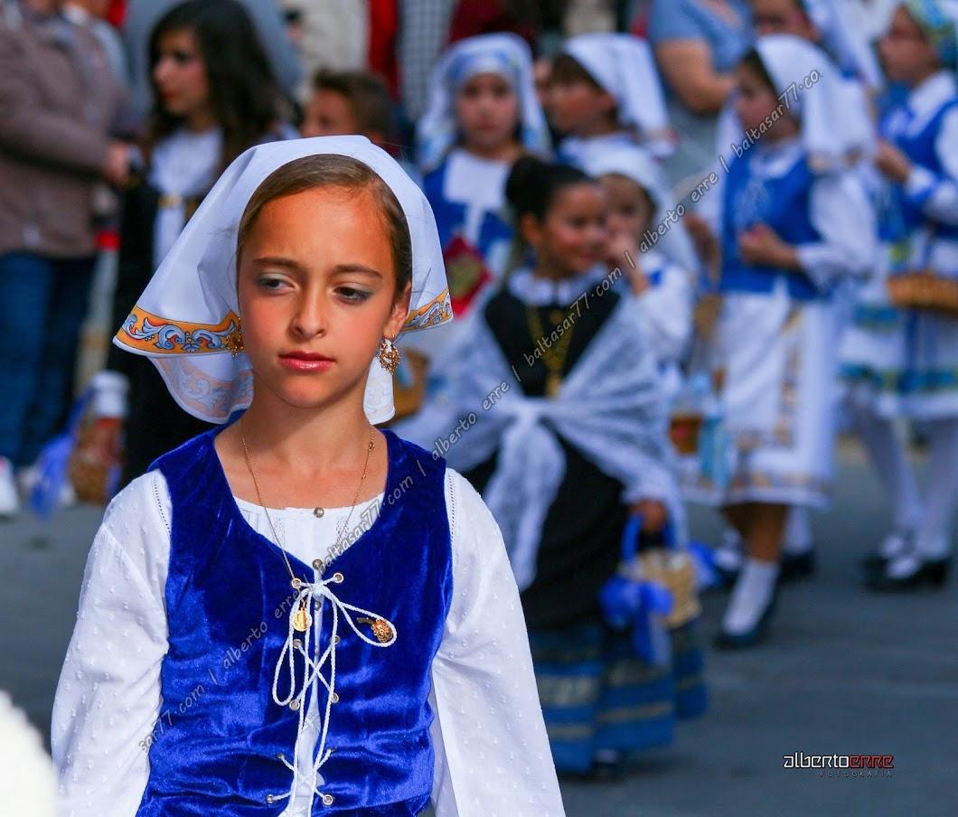 Muchacha vestida con el típico traje de Talaverana