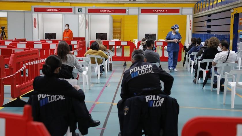 Vacunaciones en Palma de Mallorca usando la receta de AstraZeneca.