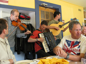 Photo: Des musiciens jouent près de nos tables créent une ambiance festive