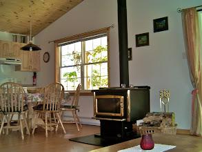 Photo: Living Room mit Küche links und Kamin