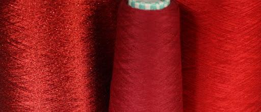 Photo: Die Garne für die Hauptfarbe, gleichzeitig verstrickt.
