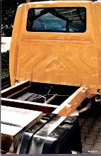 Photo: T4 lang Fahrgestell:  Rahmenvorderteil. Auf der Hinterachse noch das Betongewicht und die Kotflügel für die Überführung. Das Fahrerhaus wurde ca von der Heckscheibe nach unten ausgeschnitten bis etwa 30 cm oberhalb des Rahmens. So sollte die Crashsicherheit des Fahrerhauses etwa erhalten bleiben,