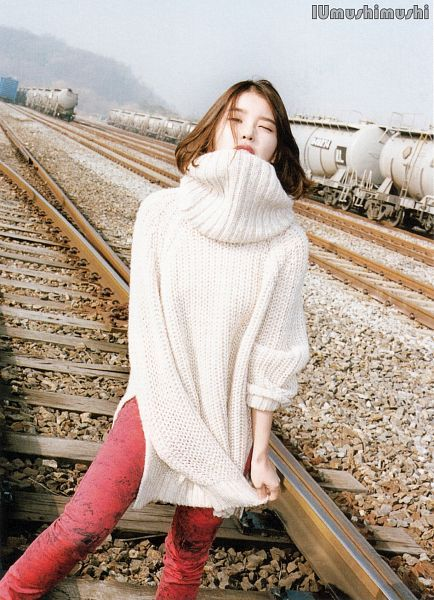 IU sweater 12
