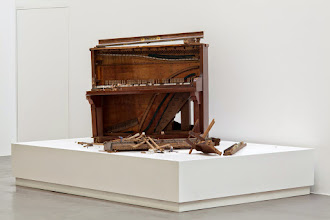 Photo: Sin título (reparar el piano) 2015 Piano roto sobre tarima blanca, figurines y objetos varios 192 x 300 x 200 cm