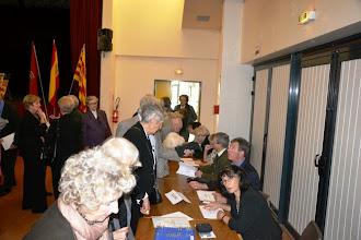 Photo: 2 - les adhérents signent les feuilles de participation