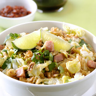 Nasi goreng met limoen, ham en Chinese kool