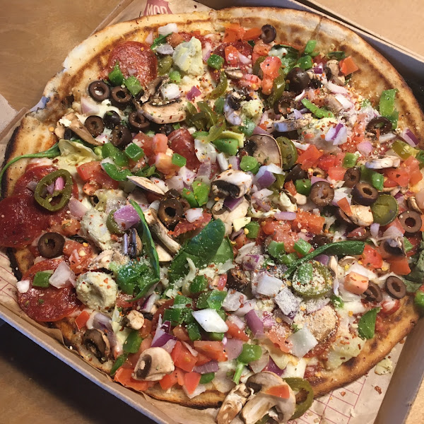 My gf pepperoni pizza with spinach, chopped red onions, mushrooms, tomatoes, bell peppers, artichoke, olives, jalapeño peppers and spices 😋