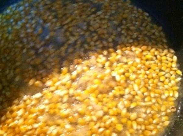 Cover the bottom of the pan with Yellow popping corn. You can use white,but...