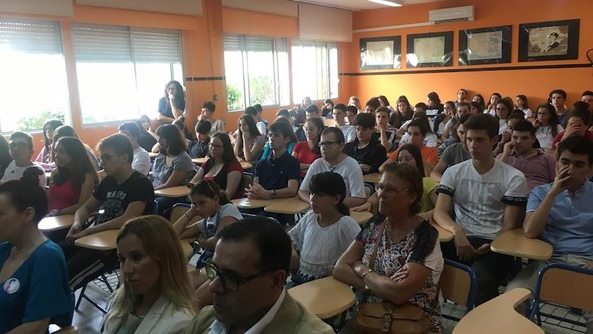 Alumnos durante la presentación del proyecto ayer.