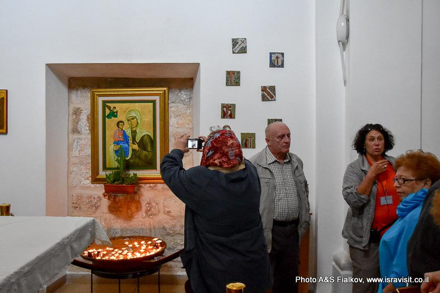 Гид в Израиле Светлана Фиалкова на экскурсии в церкви Илии Пророка в Монастыре Кармелитов.