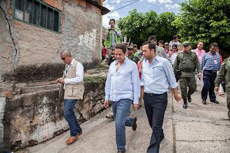 Photo: En compañía del alcalde de Girardot, Diego Escobar Guinea, el Ministro Vargas Lleras recorrió uno de los barrios que será intervenido con el programa de conexiones intradomiciliarias.