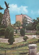 Photo: Monumentul Aviatorilor si Oficiul PTTR - Piata 1 Decembrie 1918 a doua jumatate a sec. XX http://omeka.bjc.ro/omeka/items/show/274 si carte postala  http://www.delcampe.net/page/item/id,341570857,var,31054-UPU-CENTENARY-TURDA-POSTAL-OFFICE-COVER-STATIONERY-1974-ROMANIA,language,E.html