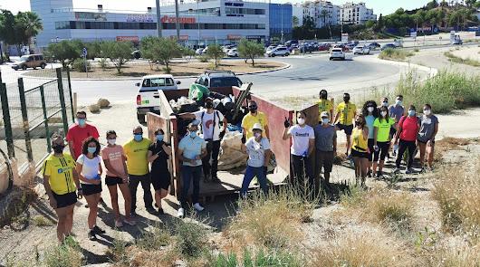 Más de 100 voluntarios contribuyen con el medio ambiente recogiendo residuos