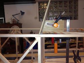 Photo: Per incollare lo schienale con la corretta inclinazione ho realizzato due blocchi tagliati a gradi.