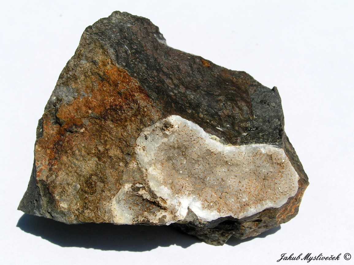 Photo: Dutina s thomsonitem (Rytina soutěska). Velikost vzorku 94 mm. Nalezeno dne 1.7. 2016.
