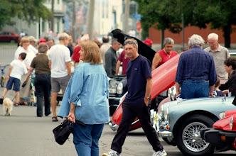 Photo: Plusieurs curieux appréciaient beaucoup les autos, malgré les quelques gouttes de pluie occasionnelles