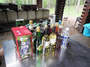 Photo: 上の炊事棟では、すでに夕食の準備、飲み放題のお酒は、ワインにカクテル、ウィスキーに焼酎と本格バーの品ぞろえ