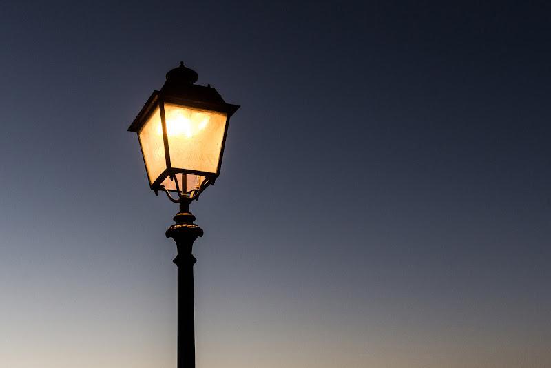 Lampione al crepuscolo di Marco Spinelli