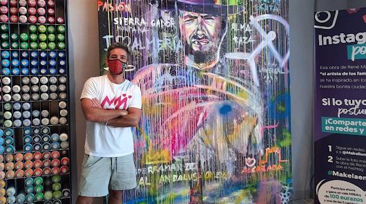 El C.C. Torrecárdenas luce un mural de Clint Eastwood pintado por René Mäkelä