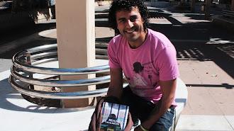 J. M. Martínez Almécija con su poemario 'Rejas'. / Foto; Juliana A. V.