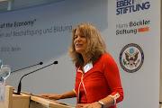 """Photo: Die Wirtschaftsjournalistin der """"Zeit"""" moderiert die erste Podiumsdiskussion"""