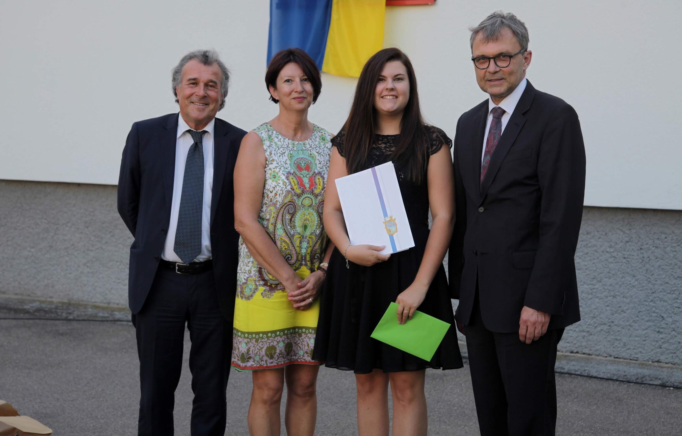 Reife- und Diplomprüfungszeugnisse für stolze AbsolventInnen der HLW