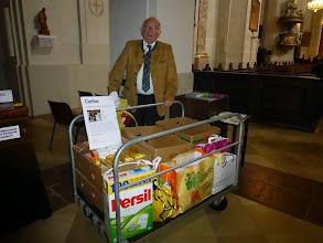 Photo: Karl Hochfelsner von unserer Pfarrcaritas bewacht den Sammelwagen für die Caritassammlung.