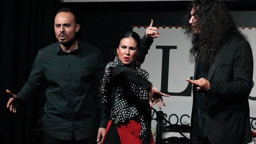 La bailaora Rocío Garrido junto a Cristo Heredia y Edu García. (Fotografía: Jesús Amat).