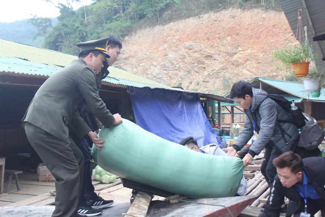 Những món quà được vận chuyển xuống thuyền để tới với bà con xã Hữu Khuông