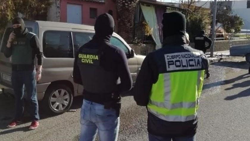 Imagen de archivo de un agente de la Guardia Civil y otro de Policía Nacional.