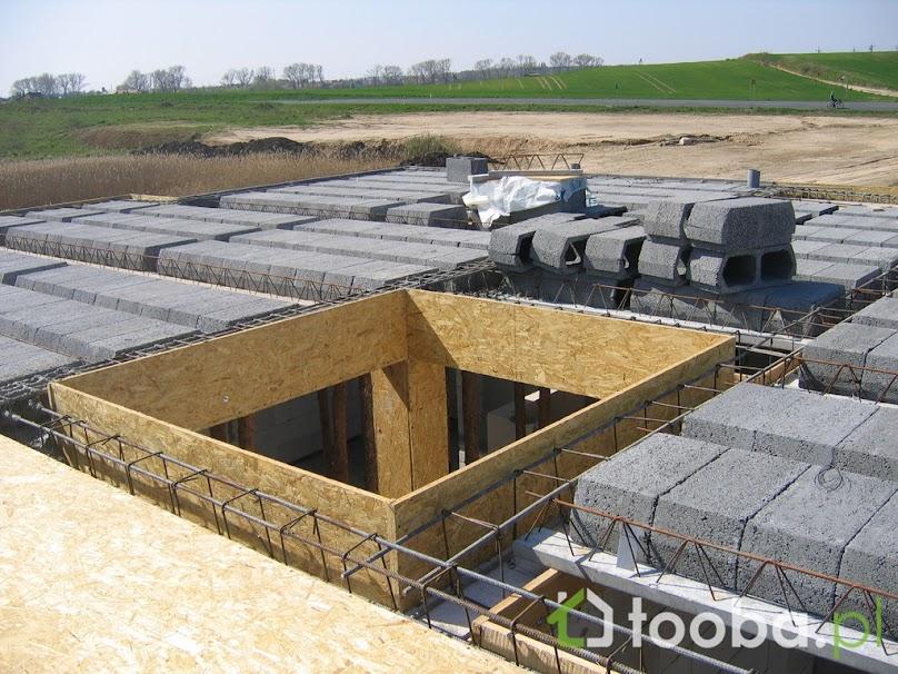Wieniec stropowy usztywnia konstrukcję budynku i zapobiega jego nierównomiernemu osiadaniu
