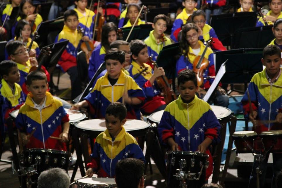 La selección 2015 de la SNIV dio muestras de la fortaleza de sus filas de percusión, bajo la conducción del maestro Acuarios Zambrano, luego de la actuación del Ensamble de Percusión de Cumaná, que dirigido por Antonio Henríquez interpretó un joropo oriental, titulado Canta y baila joropo.