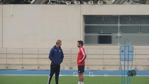Guti hablando con Romera.