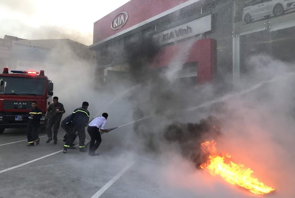 Lực lượng PCCC chuyên nghiệp tổ chức chữa cháy và cứu người bị nạn