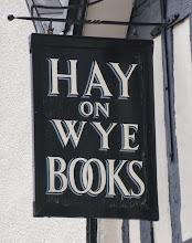Photo: Domingo. Toca viaje. Hoy nos vamos a Hay on Wye, un pueblo galés cerca de Bristol. A principios de los años 60 un amante de los libros decidió exportar su pasión a este lugar y hacer de ello su referencia convirtiendo este pueblo en un referente del mundo de los libros. Con 2000 habitantes, más de 30 librerías y un Festival Literario que recibe casi a 80.000 visitantes, es un lugar que muchos no queremos perdernos. ¿Lo mejor? Que no es la única ciudad de libros en el mundo, ya iremos mostrando más. algunas, estoy segura, mucho más cerca de lo que creéis. Fotos: red