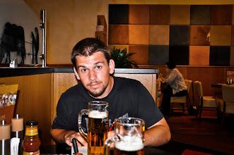 Photo: Ondrovo zasloužené večerní pivo u Braniborské brány v Berlíně poblíž židovského památníku holocaustu po celodenním natáčení (úterý 28. červen 2011).