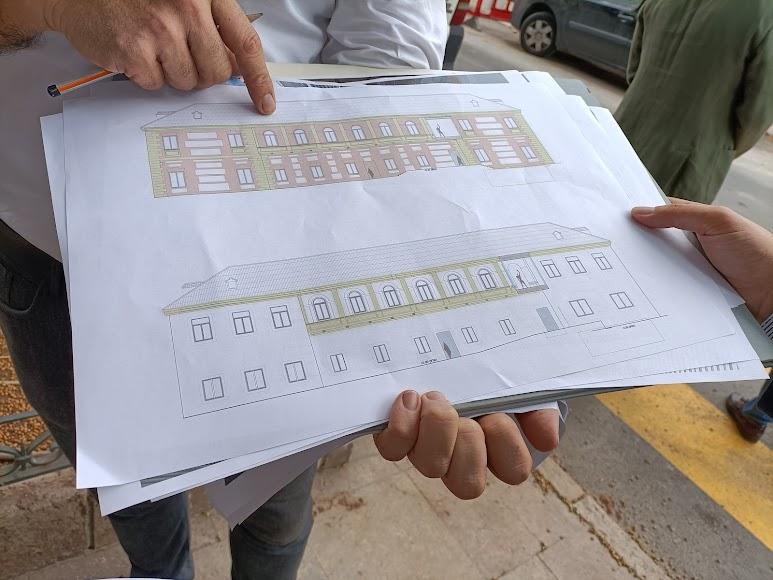 Proyecto modificado de las fachadas (arriba) y el inicialmente previsto (abajo)