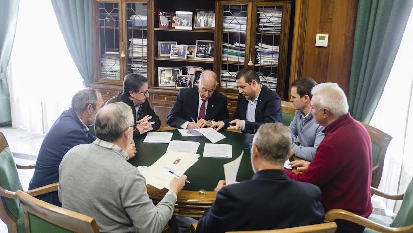 Momento de la firma de las ayudas del PFEA entre el presidente de Diputación y los cinco alcaldes.