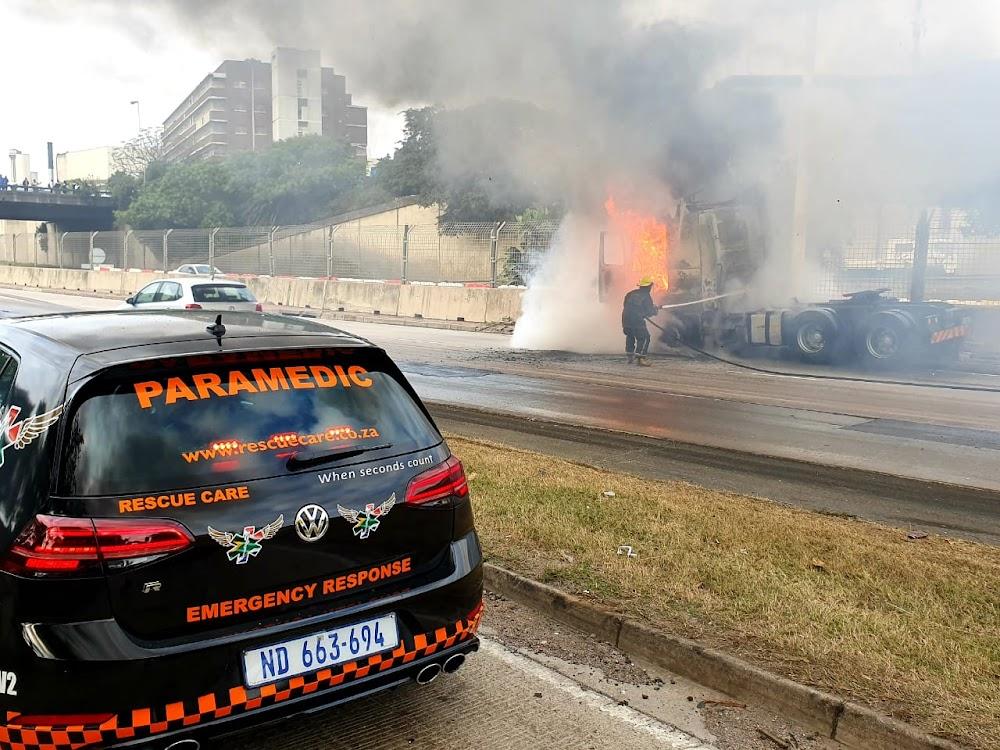 KYK | Vragmotor in vlamme op die besige M7-snelweg in Durban - TimesLIVE