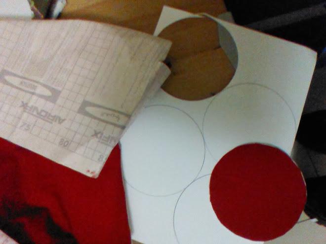 Forramos los círculos con el papel adhesivo de terciopelo rojo.