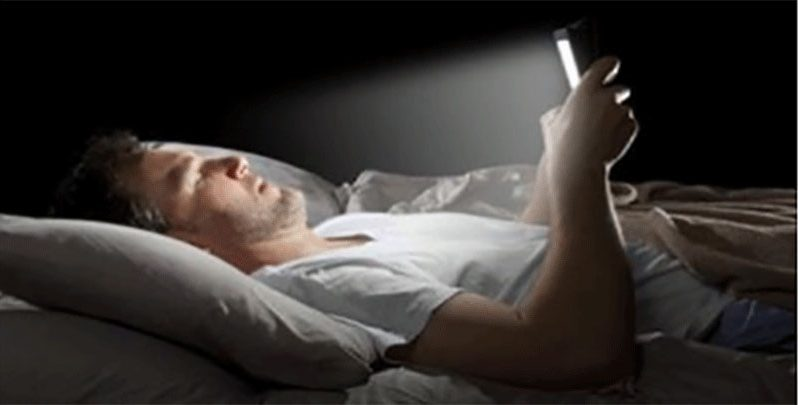 Here's what happens to your body when you look at a cell phone before going to sleep