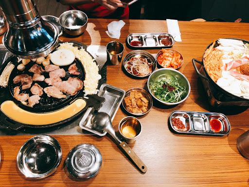姐妹雙人套餐可選兩種肉,小菜吃到飽,還有一鍋大醬湯(可選海鮮),口味中上,cp值頗高,兩人吃很飽,吃粗飽的韓式烤肉~
