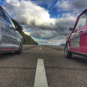 The Pink Mini races a supercharged demo car from MAHLE | Krys Kolumbus Travel