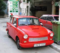 Photo: Trabant hotellimme ulkopuolella - bensaa olisi saanut 1,08 euroa litra