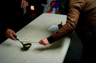 Photo: przychodzi czas na karmienie chochlą z ziarnem...co nie jest wcale łatwe. Na początku ;)