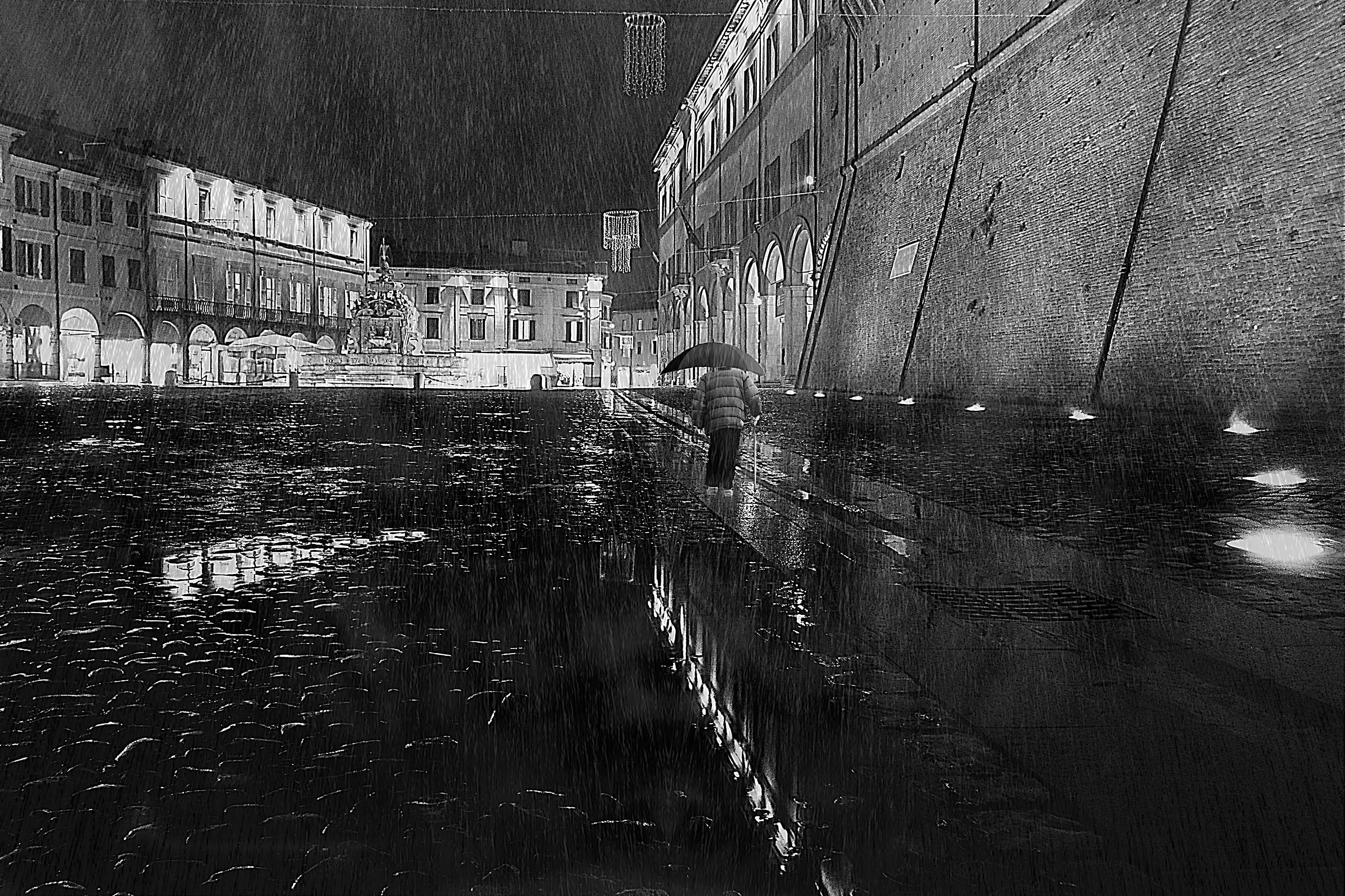solo, sotto la pioggia di massimo bertozzi